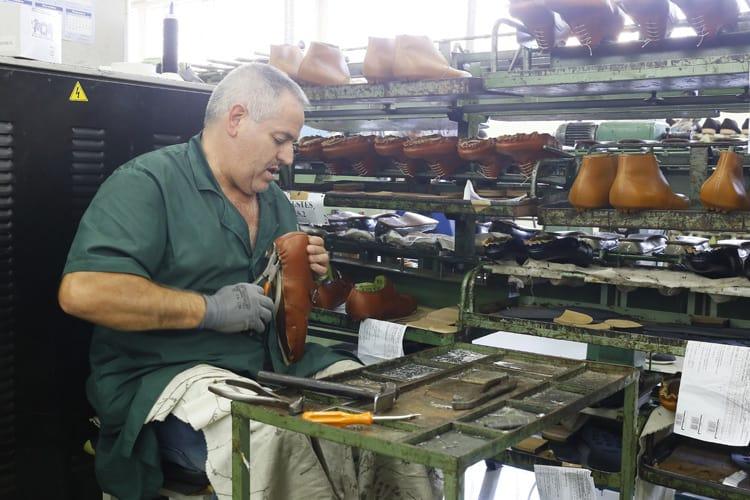 Från Carlos Santos fabrik, där ett par skor från Handgrade serien håller på att lästas för hand: Bild: