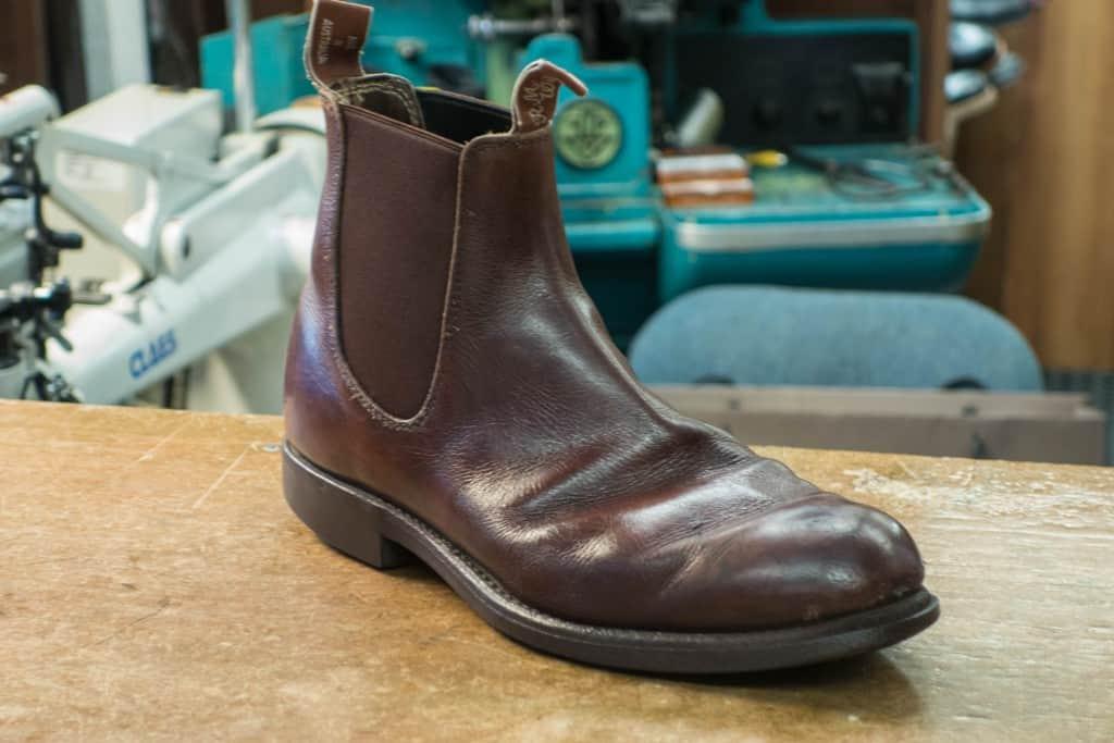 RM Williams gör fina skor, och tar man hand om dem kan de istället se ut så här efter drygt 20 års användning. Dessa tillhör en annan kund hos skomakaren, som hade inne de för en fjärde omsulning. Visst att ovanlädret töjt sig en del och det blivit mycket veckbildning, men lädret är inte på väg att spricka någonstans och ägaren räknar med att få ut ett antal år till av skorna.