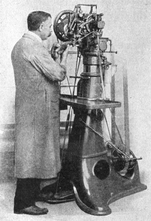 Fabriksarbetare vid en tidig version av pinningsmaskinen. Bild: Salt of America