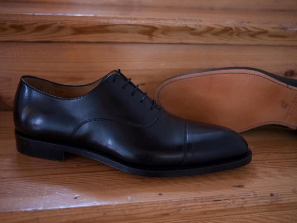 En annan RTW-modell, svart plain cap toe oxford.