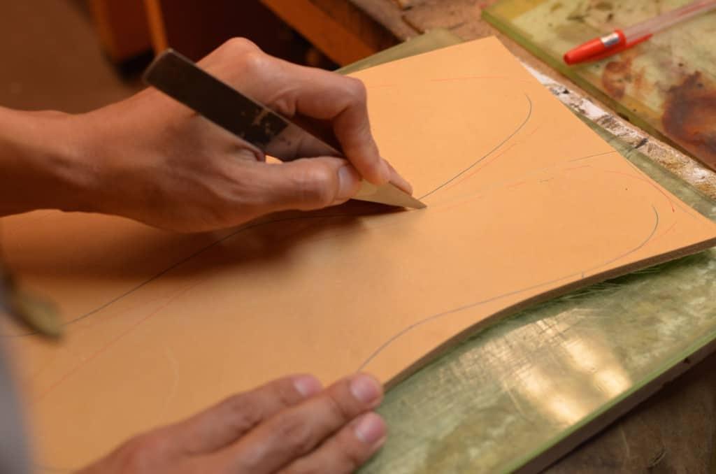 Bindsula skärs ut ur en tjock bit vegetabiliskt garvat läder från skuldran på ett djur.