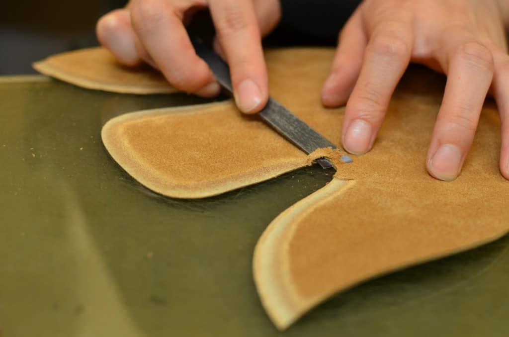 Delarna skärflas på kanterna för att få till mjuka övergångar mellan de olika delarna.