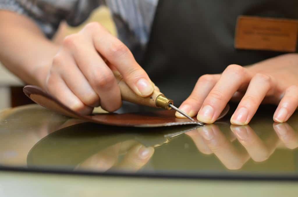Med en tunn syl görs hål för apron-sömmen.