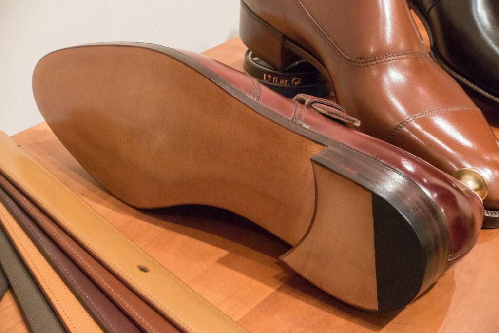 Sko med maskinsydd avlapp och square waist.