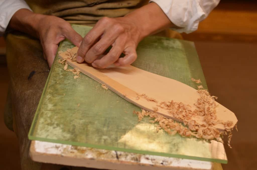 Här har vi en bindsula på en Made to Order-sko från Hiro Yanagimachi, som görs till samma standard som deras bespokeskor. Bindsulorna skärs ut ur en större läderbit som i regel är skuldran på nötdjur, som har en bra fibersammansättning för att kunna hålla för utskärningen och sömnaden i en läpp i det. Tjockleken på den här typen av bindsula är cirka 8-10 mm, alltså mer än dubbelt så tjock som en bindsula till Goodyear-randsydda skor.