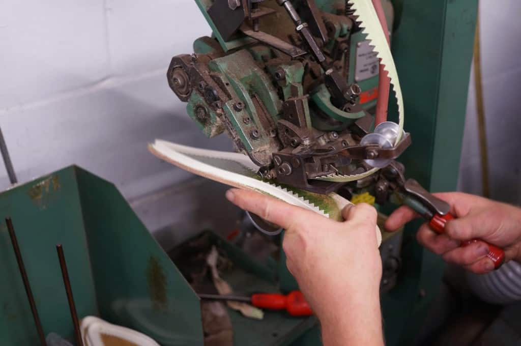 En kanvasremsa limmas dit på bindsulan till ett par Gaziano & Girling Deco-skor. Det är i den här remsan som randsömmen sedan sys i.