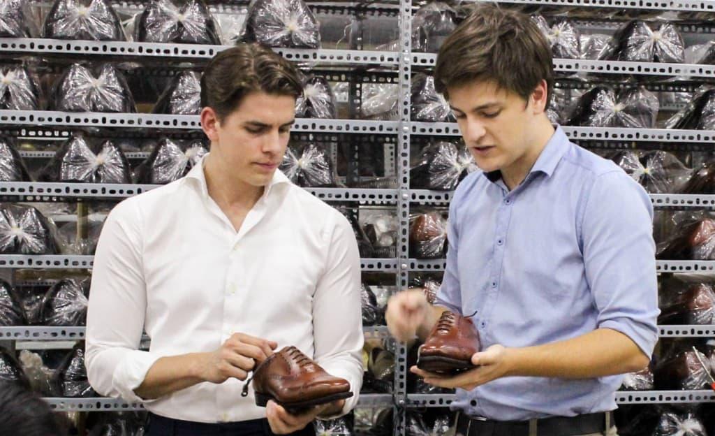 Här Herrstilgrundaren Sebastian Öhrn till vänster, som diskuterar Myrqvist-skorna med fabrikschegen Michael.