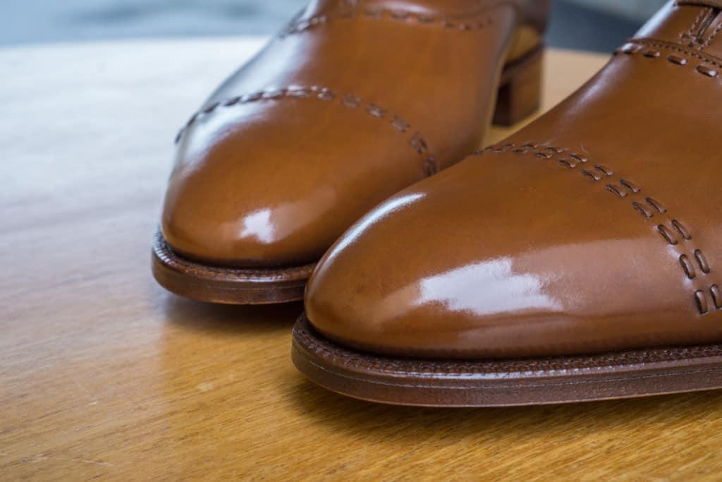 Med samma antal lager polish har dock en mindre spit shine byggts upp på Lobb-skorna.
