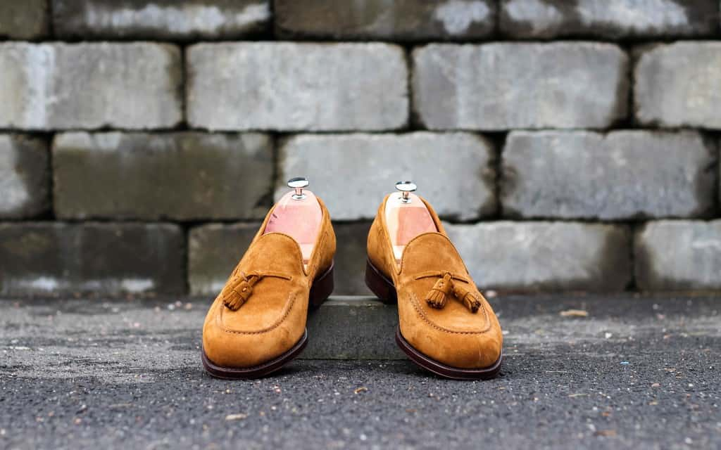 Fin tassel loafer i ljusbrun mocka är en av modellerna som går att beställa som grupp-MTO nu.