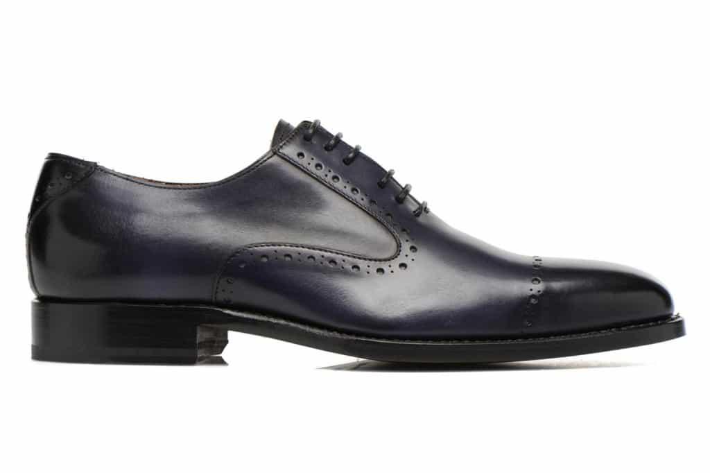 Mörkt blå målad sko, riktigt fint djup i nyansen.