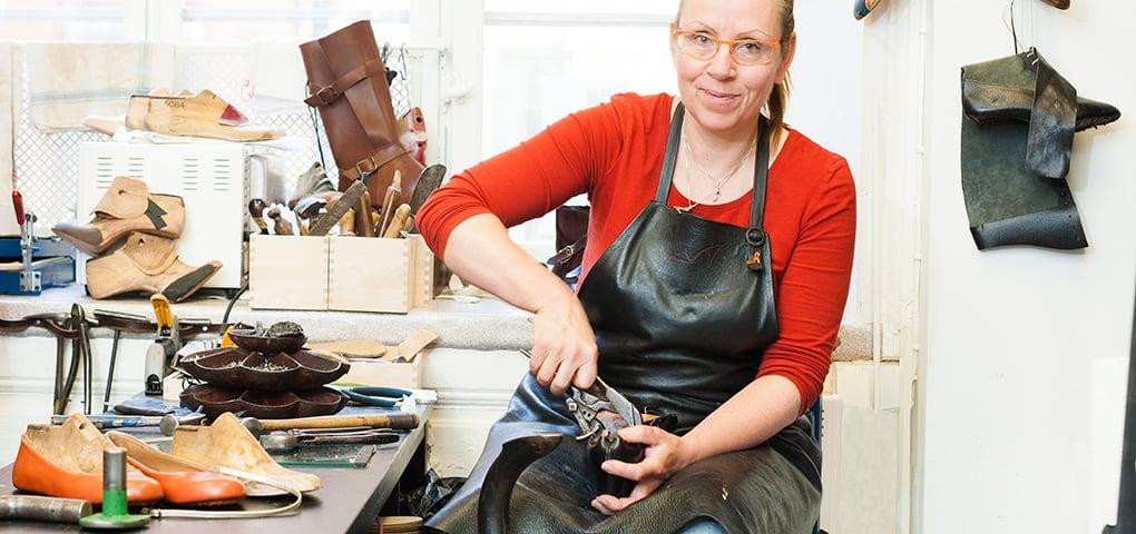 Reparationsskomakarmästare och beställningsskomakarmästare Carina Eneroth från Skomakeri Framåt visar och berättar vad man kan göra för reparationer på skor. Bild: Borgerskapet