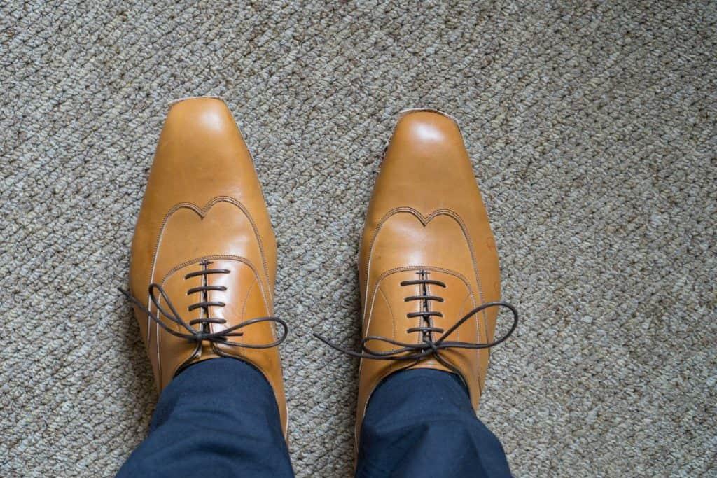 Fittingskorna på fötterna.