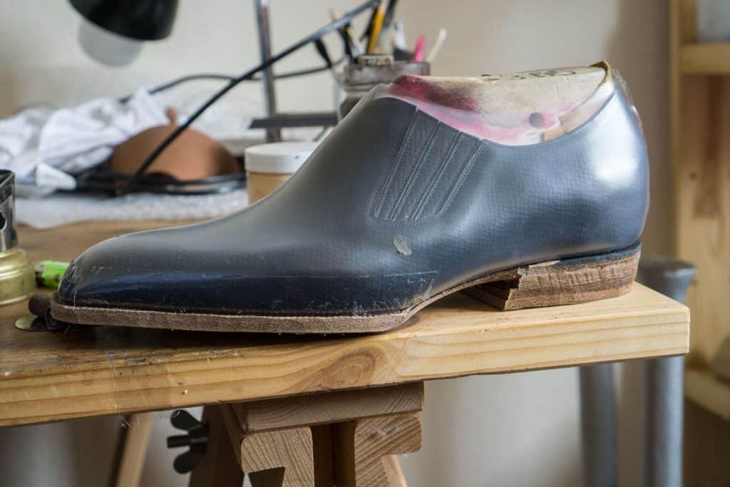 Annan sko som kanske kan se lite märklig ut om man tittar noggrant. Det är för att det är en variant där kunden vill komma upp extra högt, så ligger en dryg centimeter tjock korklager inuti hela skon.