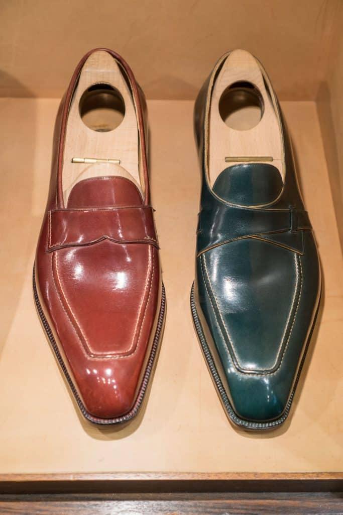 Två varianter av loafers, i samma dämpade färgskala som mycket av skorna går i.