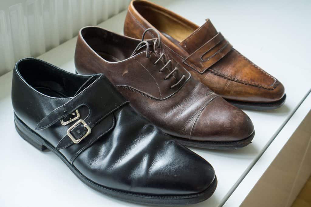 Vi börjar med en titt på skorna som ska plockas isär (här alltså syskonet till de som Skomakeri Framåt tog hand om). Från vänster: Loake 1880, Carmina, Paolo Scafora.