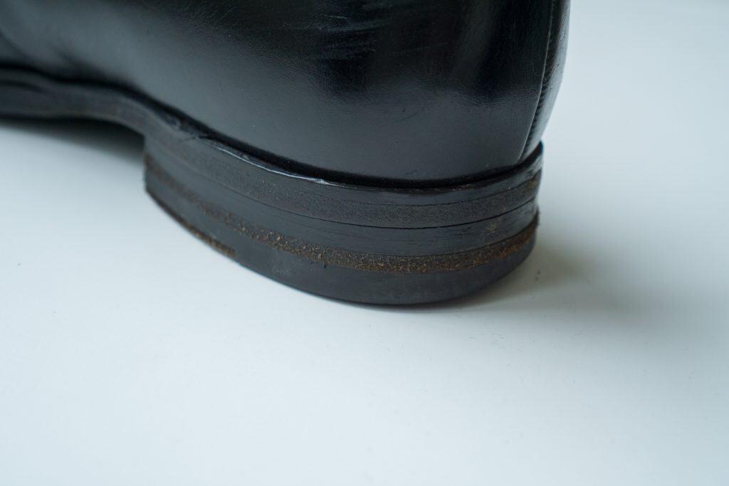 Sticker in bild på den hela Loake-skon, där man ser hur det ser sisådär ut med två salpa-bitar i mitten.