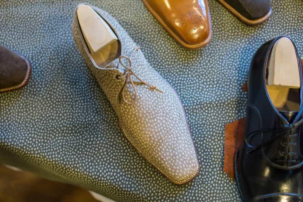 Derby i caprincho-läder ståendes på caprincho-läder hos Roberto Ugolini.