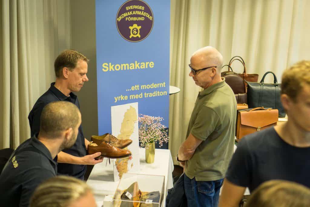 Skomakarna Dennis Boström och Peter Holmér visar och förklarar.