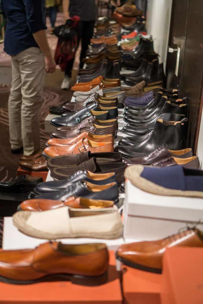 Fullproppat med skor på Italigentes utförsäljning.