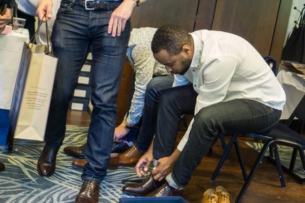 Besökare som provar skor från spanska Yanko, som säljs i Sverige via sajten Skolyx som var på plats med en radda skor.