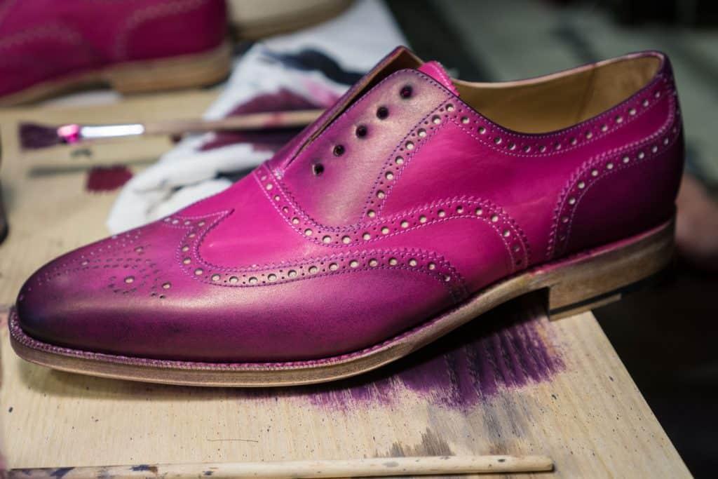 Galen färg på sko han målade under dagen.