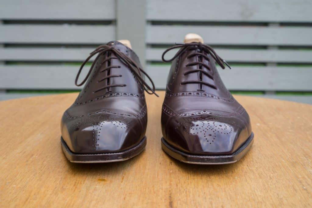 Ganska skarp mejsel på sidorna på båda skorna.