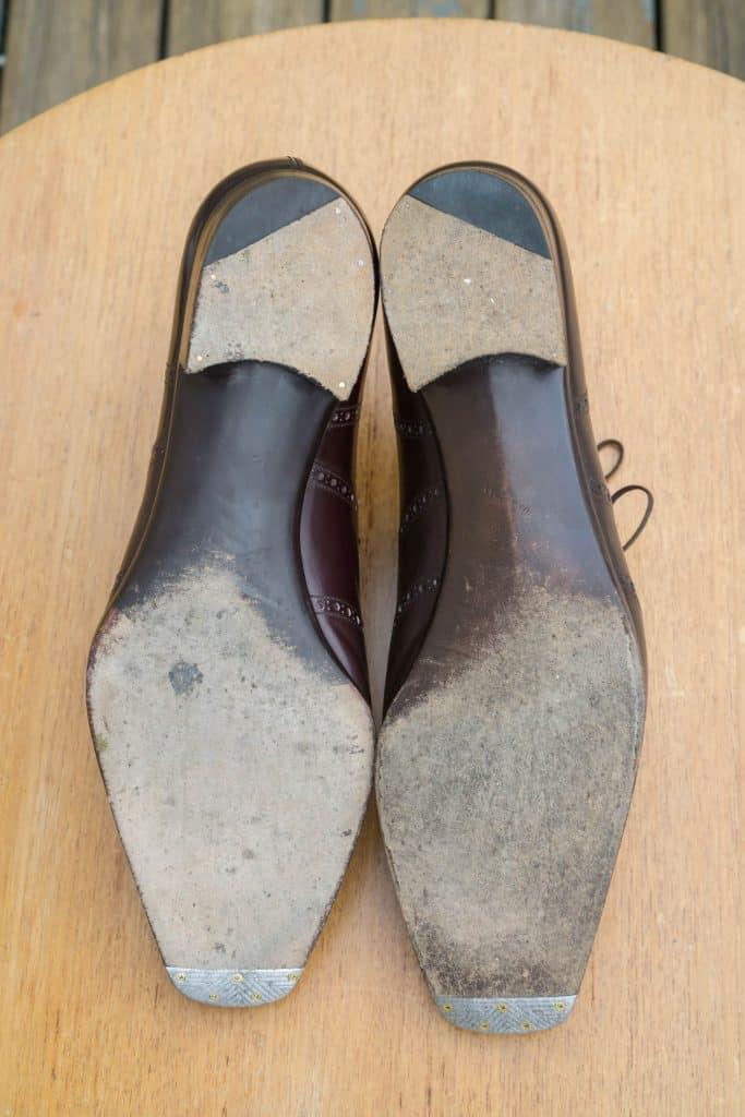 Så titta på undersidan. Båda skor har mycket smala midjor. Yohei (till vänster) har en lite mer böjda och kortare insidan av midjan form (Stefan och mina häl till bollen längd är mycket lika, så det är direkt jämförbar). Båda använder ganska små gummi bästa bitar, som är mycket vinklad (för mycket vinklad för mig åtminstone, jag sliter på skinn på insidan av gummit en hel del). Båda har insjunkna lulu metall tå plattor.