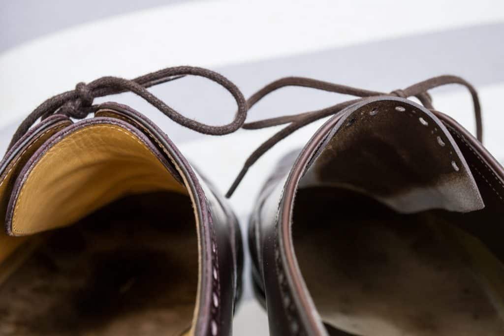 Här är ett intressant inslag på markisen skon till höger, där du kan se hur det har en ofodrad tunga som Skived mycket tunn mot kanterna. Super ren arbete.