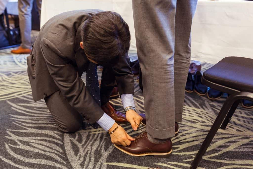 Hiro Yanagimachi hjälper en besökare vid utprovning av storlek.
