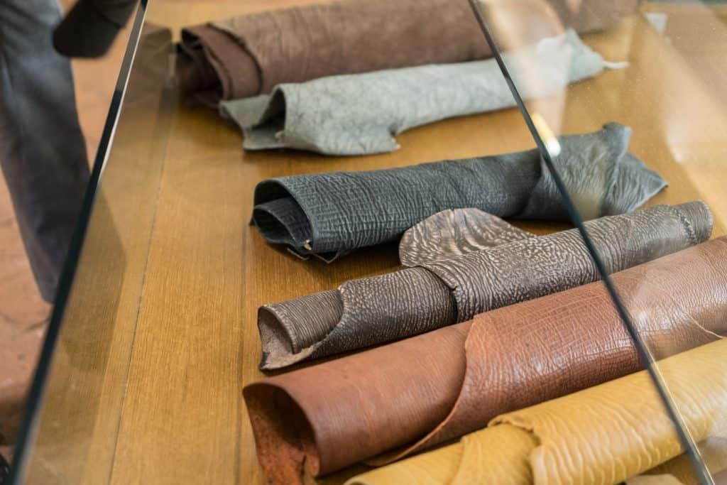 Exotiskt läder av olika slag.