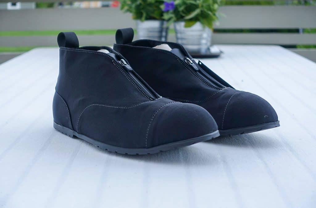 Om de är snygga är relativt. Jämför man med skorna man ska ha under dem, knappast. Jämför man med andra galoscher, kanske, smaksak.