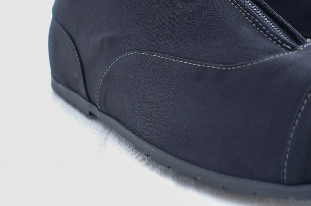 Gjorda i en modern funktionstextil med tejpade sömmar, som gör dem helt vattentäta men med andasförmåga (vilket vanliga galoscher inte har, även om de då inte täcker hela skon på samma sätt).