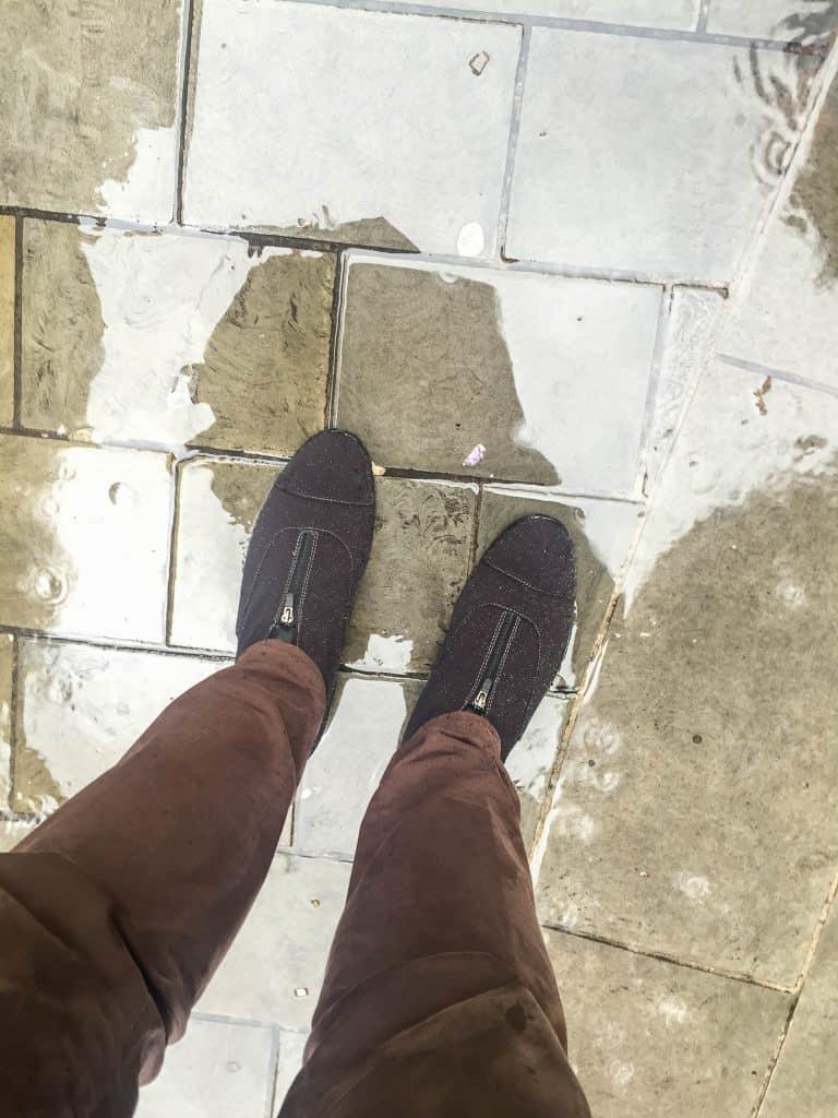 På fötterna.