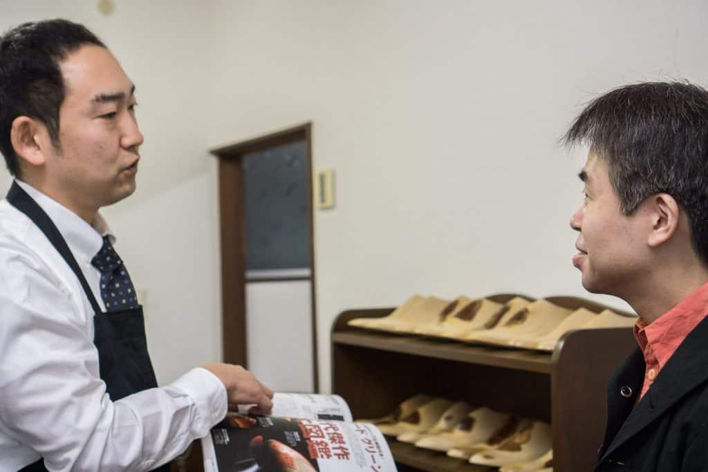 Eiji i diskussion med Daisuke Yamashita, som vänligt nog var med under besöket och tolkade.
