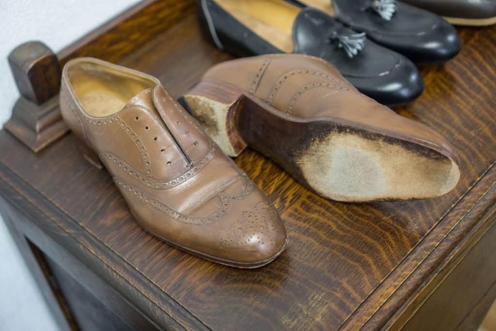 Andra fittingskon är mer ordentligt gjord i samma läder (men sämre delar) och precis det mönster som beställts, och med sula som är gjort för användning.