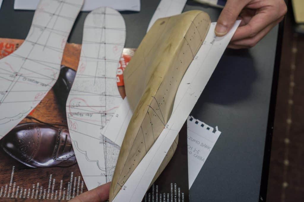 Det första Eiji Murata gör efter en beställning är att göra en sorts karta för undersidan av lästen, både i 2D och 3D, så att säga.