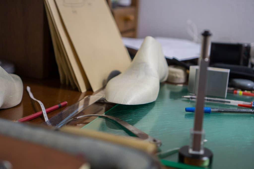 Ett skrivbord längre in i verkstaden där han bland annat gör design.