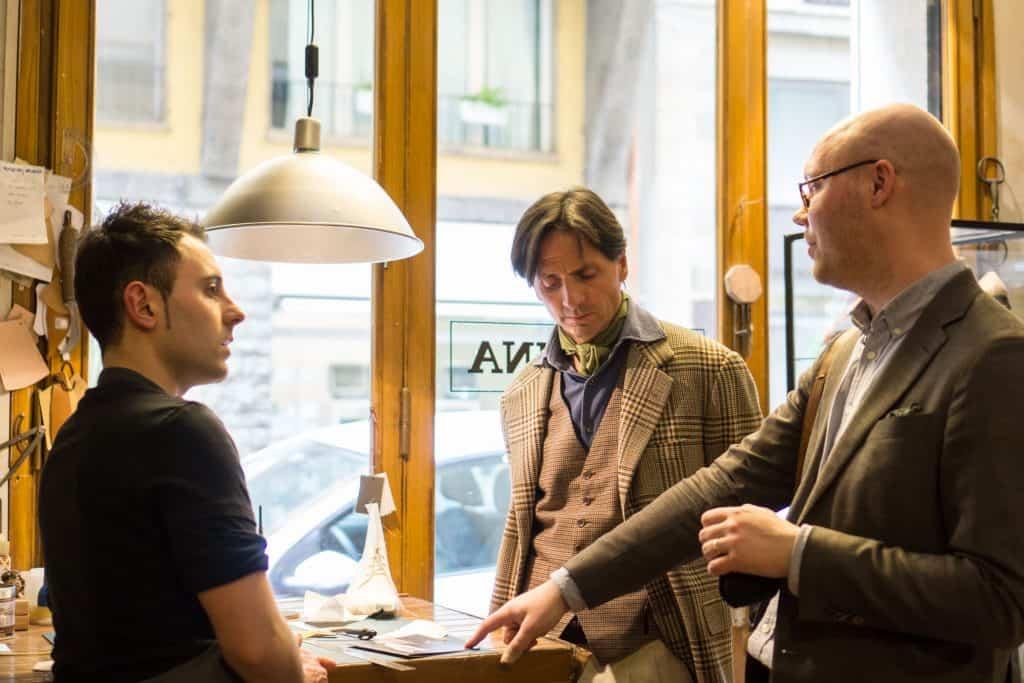 Giovanni, Antonio och undertecknad diskuterar.