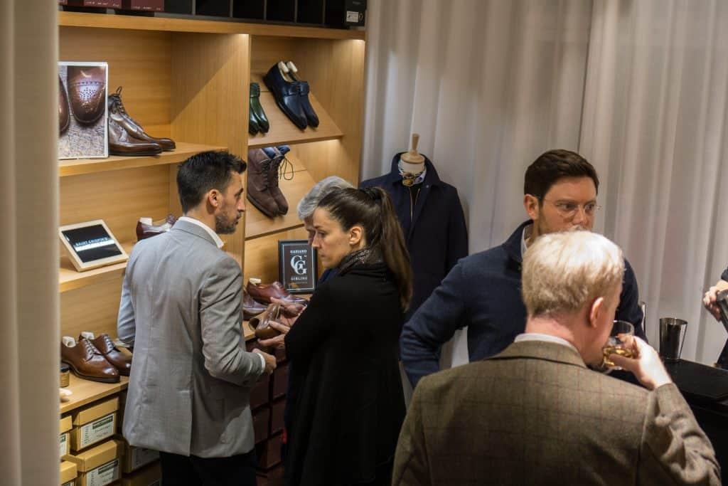 Längre in i butiken finns ett till rum med fler skor.