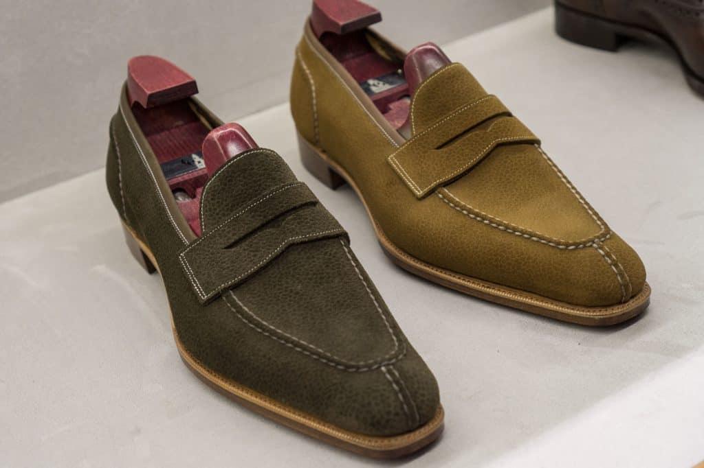 Somriga ofodrade loafers från Gaziano & Girling, gjorda i mocka med scotch grain-prägling.
