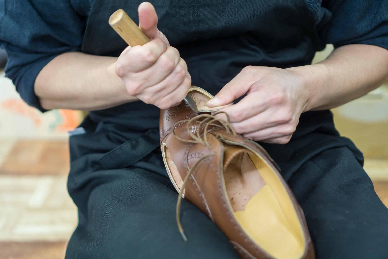 För att få en bättre bild av tåproblemen skar han upp skorna 5d6ca2487b21a